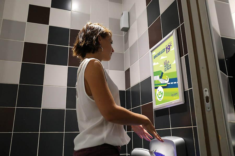 affichage-publicitaire-dans-les-toilettes